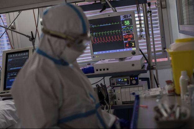 Un service de réanimation des patients malades du coronavirus dans un hôpital à Madrid, le 9 octobre.