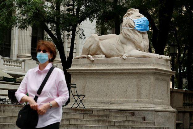 Une statue de lion de la New York Public Library portant un masque, le 1er juillet.