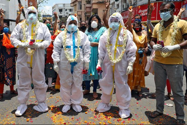 Des fleurs jetées sur les soignants en guise de gratitude pour leur travail contre le coronavirus, à Calcutta, le1er juillet.