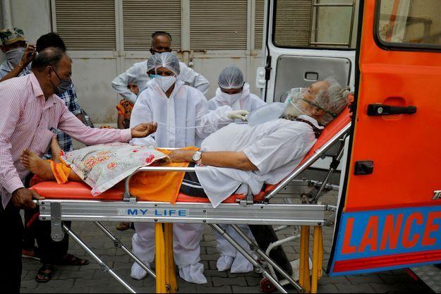 Un patient souffrant du Covid-19 à Ahmedabad, en Inde, le 26 avril 2021.