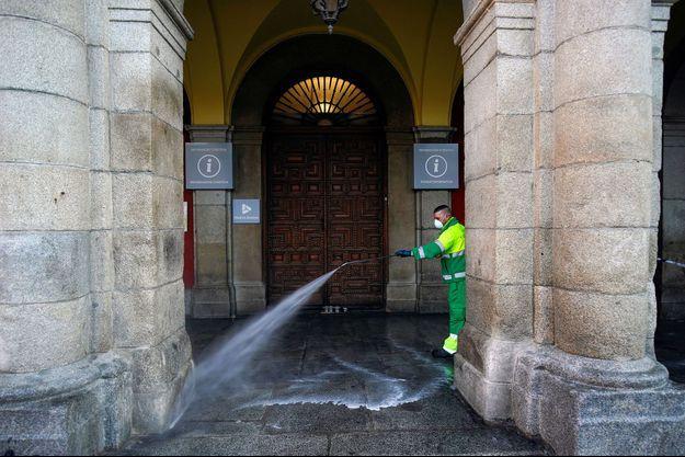 Nettoyage de la Plaza Mayor, à Madrid, dimanche.