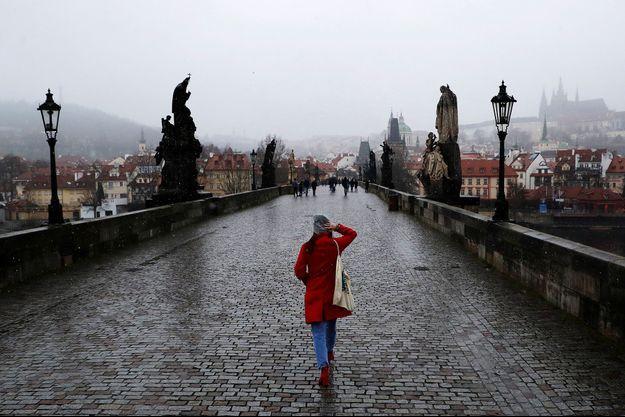 Le célèbre Pont Charles de Prague est déserté par les touristes.