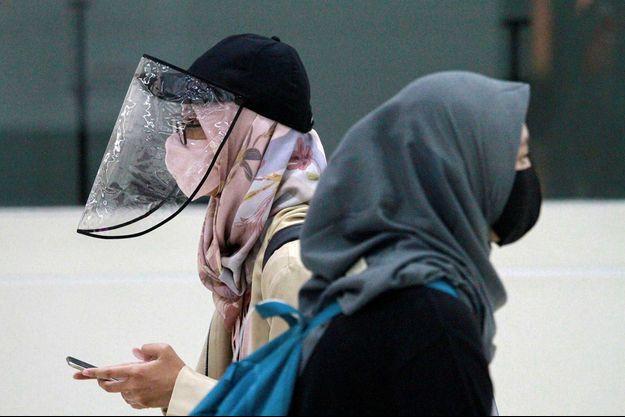 Deux femmes avec des masques de protection contre le coronavirus, à Jakarta.