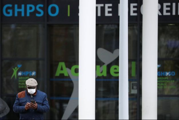 Un homme portant un masque quitte l'hôpital de Creil, où sont soignées des malades du coronavirus.
