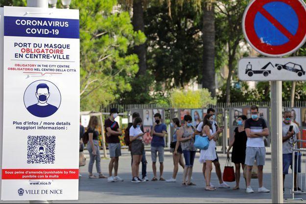 Un panneau pour rappeler le port du masque obligatoire au centre-ville de Nice, le 12 août.