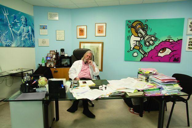 Didier Raoult dans son bureau.