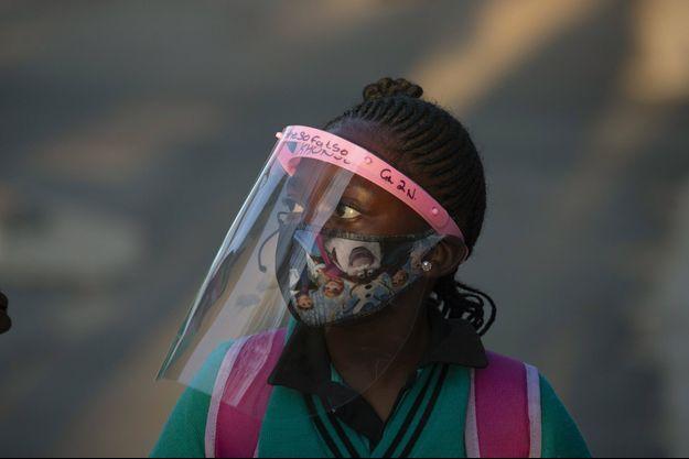Une élève masquée à Johannesburg, Afrique du Sud.