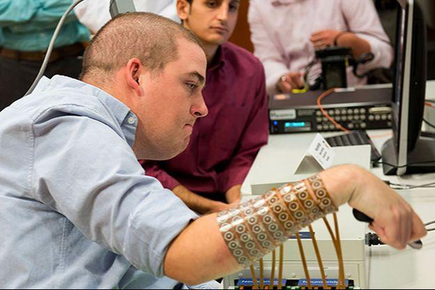 Ian Burkhart peut désormais effectuer des actions avec son bras grâce au dispositif des chercheurs.