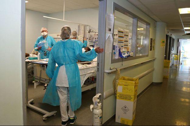 Au centre Hospitalier de Mayotte, aux soins avec un patient atteint de la Covid-19.