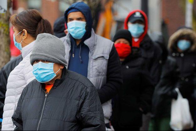 Des habitants du Massachusetts photographiés dans la rue, le 24 avril.