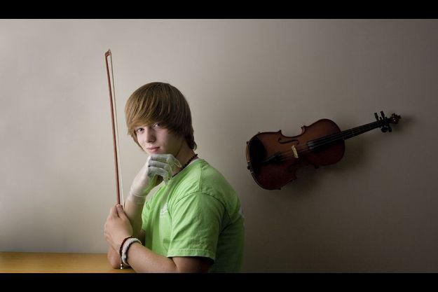Bioman. Ce virtuose en herbe au look de pop star adore sa main bionique. Grâce à elle, il va pouvoir recommencer à pratiquer le violon, qu'il avait abandonné il y a quelques années, par découragement.