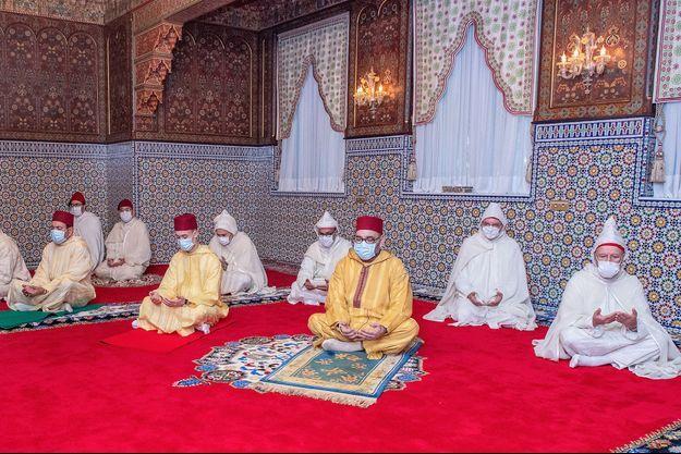 Le roi du Maroc Mohammed VI masqué durant sa prière à la mosquée de Rabat.
