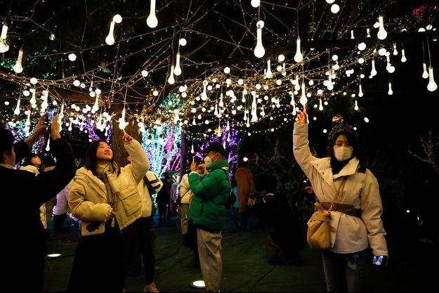 Les clients d'un centre commercial en Chine, le jour de Noël.