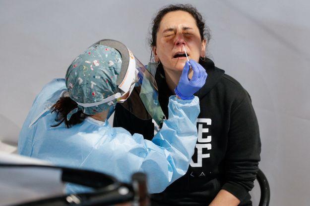 Une femme se fait tester avant un concert à Barcelone, le 27 mars 2021