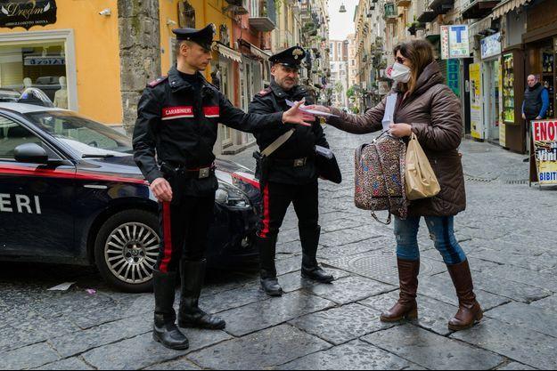 Un contrôle à Naples le 21 mars 2020.