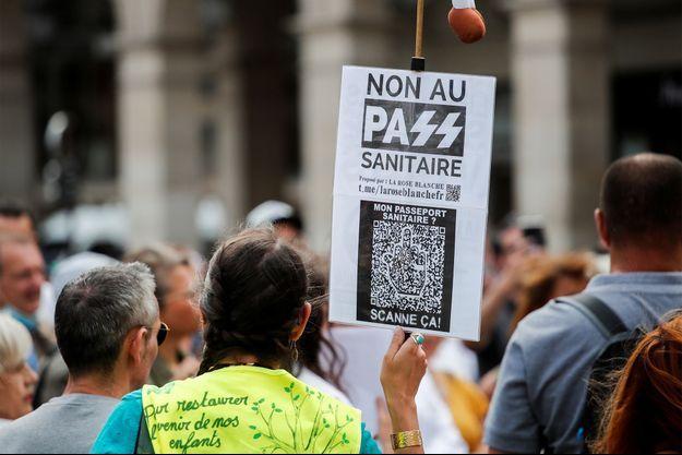 Un rassemblement contre le pass sanitaire, jeudi, à Paris.