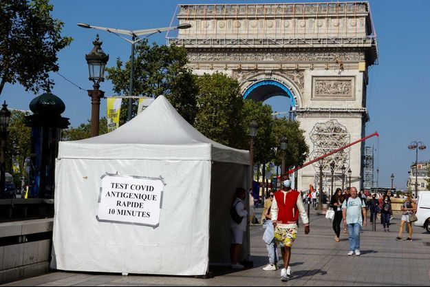 Une tente de dépistage du Covid à deux pas du l'arc de Triomphe, à Paris.