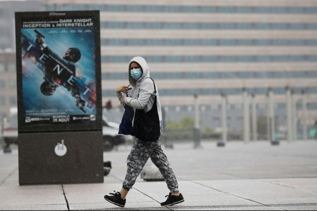 Une passante à La Défense, à Paris. Image d'illustration.