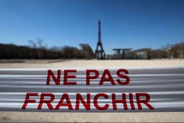 Le Champ-de-Mars à Paris le 25 mars, interdit d'accès durant le confinement.