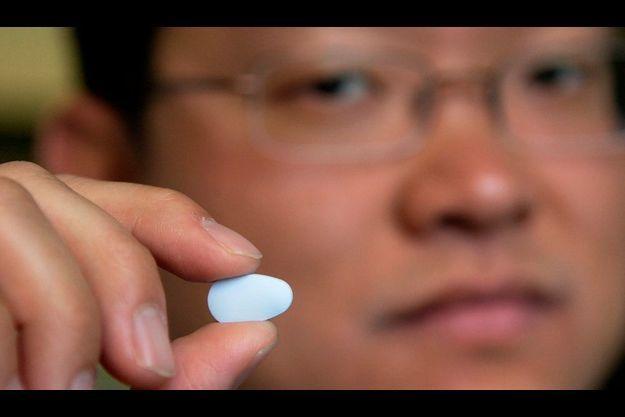 Le Dr Albert Liu, directeur du centre HIV Prevention Intervention Studies de San Francisco, présentaant une pilule de Truvada en 2006.