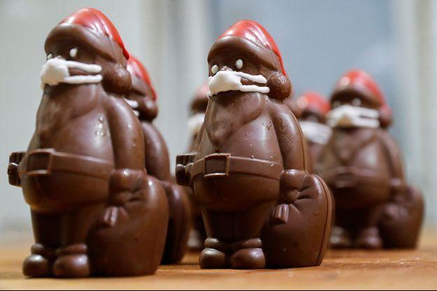 Des pères Noël en chocolat portant des masques contre le covid-19 sont réalisés dans l'atelier du confiseur hongrois Laszlo Rimoczi, à Lajosmizse, en Hongrie.