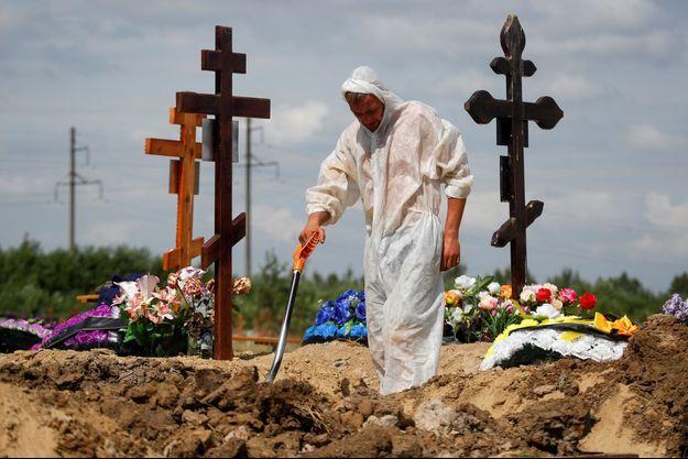 Dans un cimetière de Saint-Pétersbourg, en Russie, le 25 juin 2021.