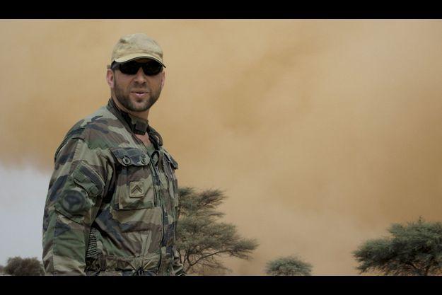 Lionel, sergent du commando parachutiste de l'air, est ici photographié en Afrique en 2010.