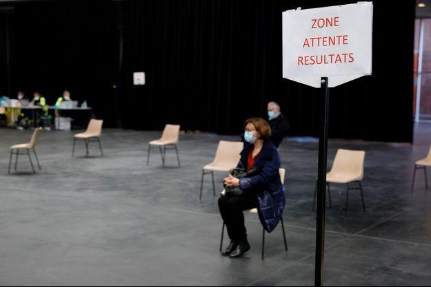 En femme attend ses résultats après avoir été testée, à Dunkerque. Image d'illustration.