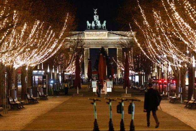 La porte de Brandebourg, à Berlin, illuminée par les décorations de Noël.