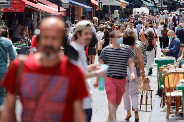 Des personnes se promènent à Paris le 17 juin 2021