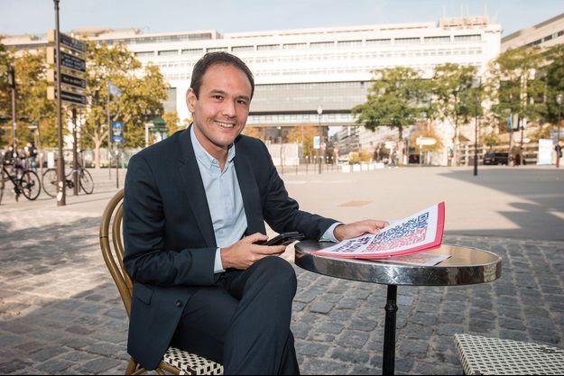 Le secrétaire d'Etat à la Transition numérique, Cédric O, avec le logo de TousAntiCovid, devant Bercy, Le 19 octobre.