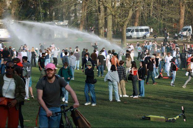 Dispersion d'une fête du 1er avril à Bruxelles, en Belgique.
