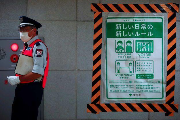 Un employé dans le métro de Tokyo, le 30 juillet 2021.