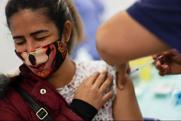 Une femme se fait vacciner au Chili.