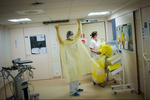 Une infirmière s'équipe, mardi, au CHU de Nantes, avant d'aller prodiguer des soins à un patient souffrant du Covid-19.