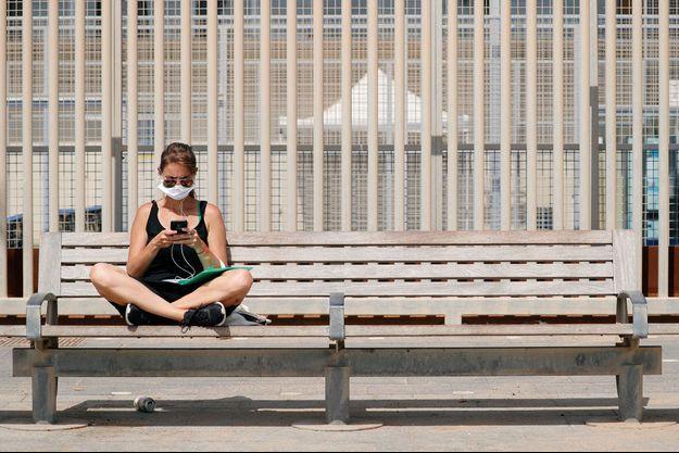 Une femme sur un banc à Barcelone, le 9 juillet.