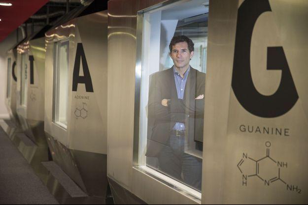 Le PDG de Cellectis, André Choulika, photographié dans les bureaux de sa société, à Paris. Sur les parois, les quatre nucléotides qui forment l'enchaînement des deux brins de l'ADN.