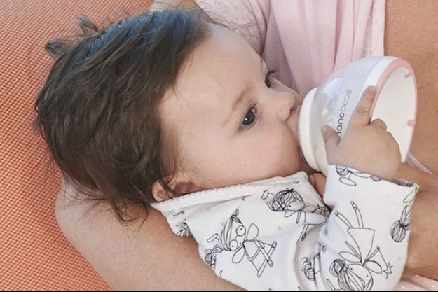 Un bébé boit au biberon (image d'illustration).