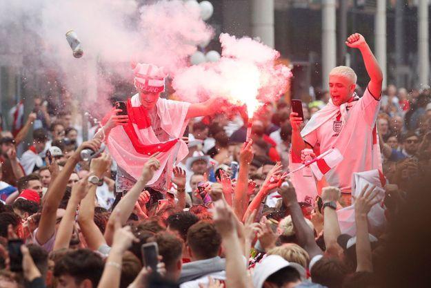 Les supporters anglais se préparent pour la finale de l'Euro, à Londres, sous la menace du variant Delta.