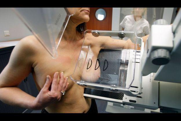 Une femme subissant une mammographie, qui permet de détecter d'éventuelles tumeurs, à l'hôpital Ambroise Paré à Marseille.