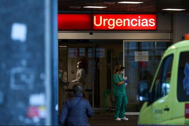 Devant un hôpital de Madrid, où le nombre de malades du coronavirus explose.
