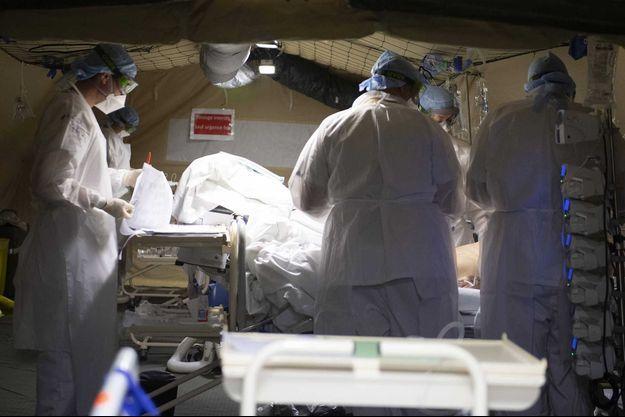 Des médecins militaires, à Mulhouse, un des premiers foyers du coronavirus en France, le 25 mars.