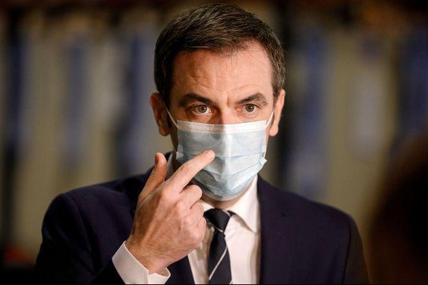 Olivier Véran visite un centre de distribution du vaccin BioNTech/Pfizer à Chanteloup-en-Brie, le 22 décembre.