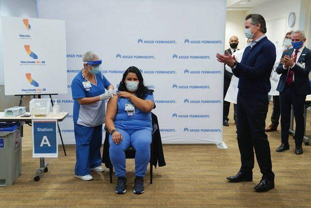 Los Angeles, le 14 décembre 2020 : une infirmière reçoit le vaccin Pfizer-BioNTech.