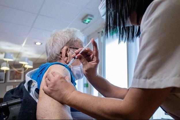 Une résidente d'un Ehpad à Paris reçoit le vaccin Pfizer BioNtech le 8 janvier 2021