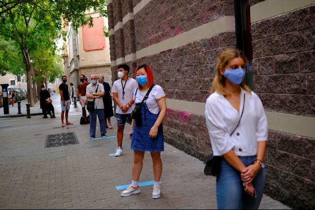 File d'attente pour se faire dépister à Barcelone, le 17 septembre 2020.