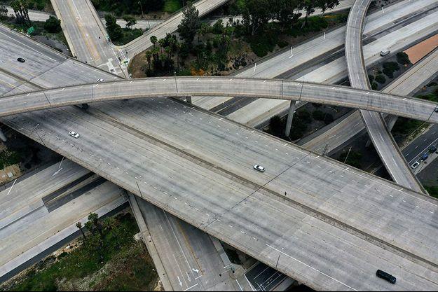 Vue aérienne sur la célèbre autoroute de Los Angeles, presque déserte en raison du coronavirus.