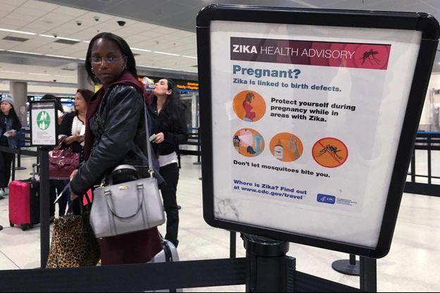 Consignes de sécurité relatif au virus Zika affichées à l'aéroport international de Miami.