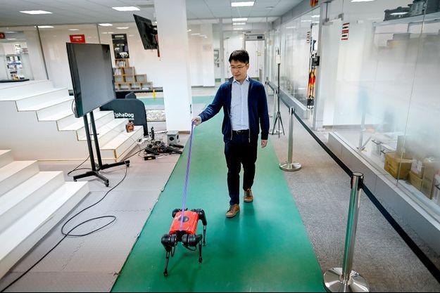 L'AlphaDog et Ma Jie, responsable technologie chez Weilan.