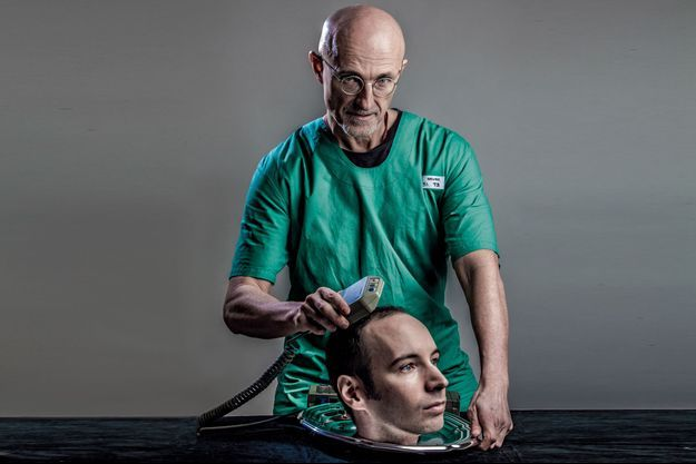 Sur cette image réalisée pour notre sujet, le neurologue a préféré ne pas divulguer certains de ses instruments « secrets », ne dévoilant ici qu'un conducteur servant à modifier les champs électriques du cerveau.
